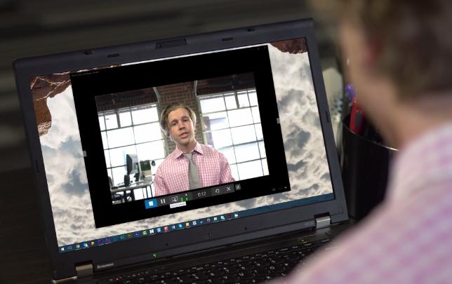 Schulterblick auf die Webkamera zum Erstellen einer E-Mail Signatur